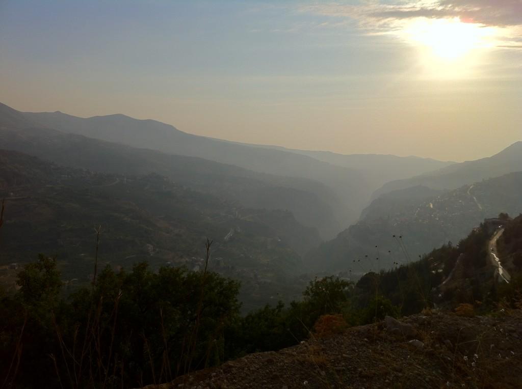 Le soleil se couche dans la vallée